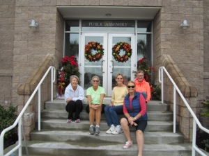 Seasonal Decorations Committee members Karen Fleischhour, Cecelia Weston (chair), Donna Aycock and ???? join President Gayle Todd on the Town Hall steps.